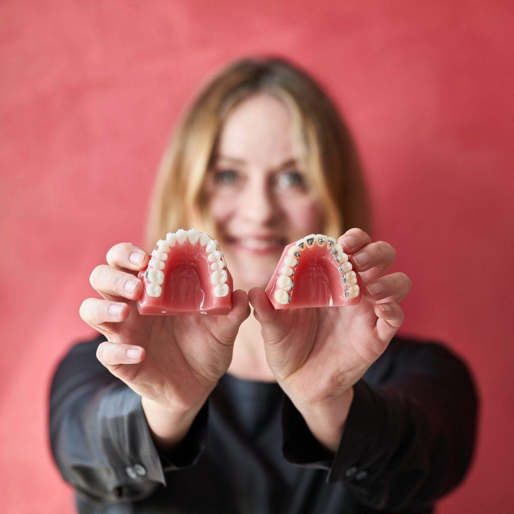 Dr. Friederike Krop zeigt festsitzende Zahnspange