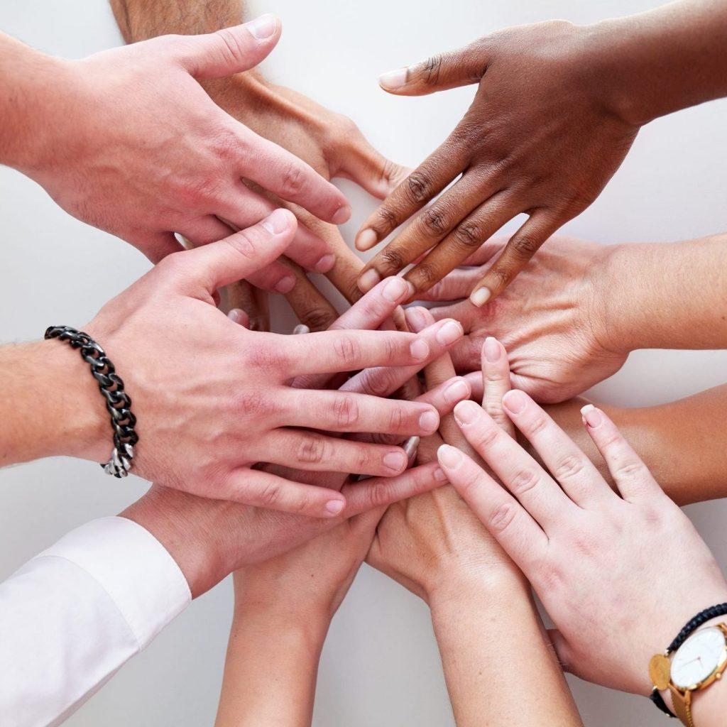 Das Team der Praxis Dr. Krop in Erding, Hände übereinander